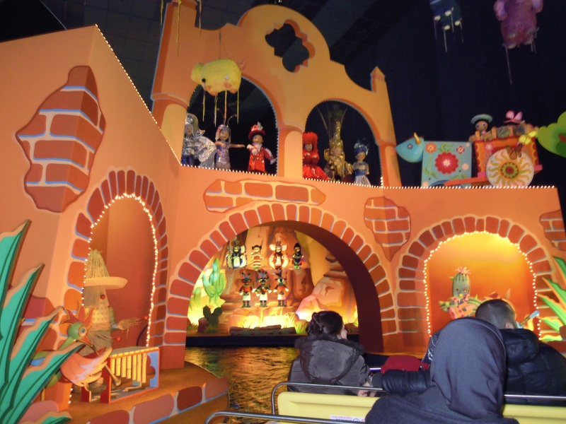 It's small world re- décoré  pour Noël - Page 6 Charlo13