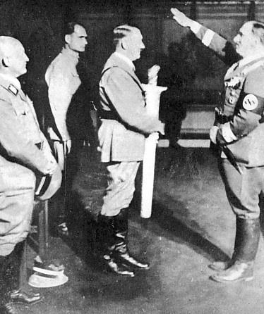 Hitler; photo inhabituelle... Ceremo10