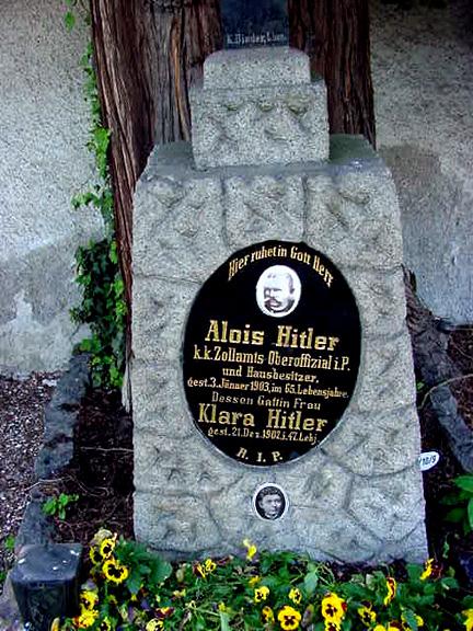 La tombe des parents d'Hitler relevée... Gravec10