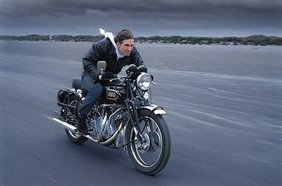 Ils ont posé avec une Harley, principalement les People - Page 2 Damon-10