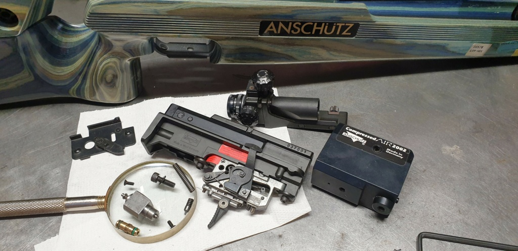 une carbine Anschutz PCP en réparation dans l'atelier a cro  A211