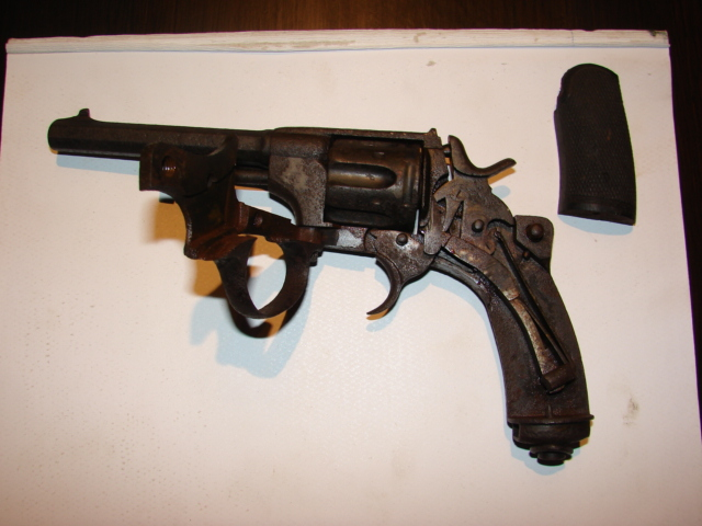 resto d'un revolver d'ordonnace suisse mod 1882 de fabrication belge  Dsc04950