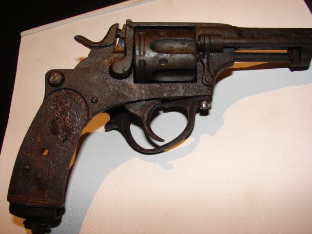 resto d'un revolver d'ordonnace suisse mod 1882 de fabrication belge  Dsc04952