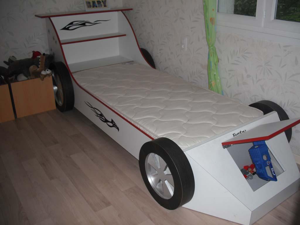2 réalisations: lit enfant en forme de voiture / bureau Dscf0110