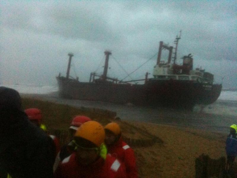 Cargo échoué à ETEL, pollution sur les plages ... Mazout16