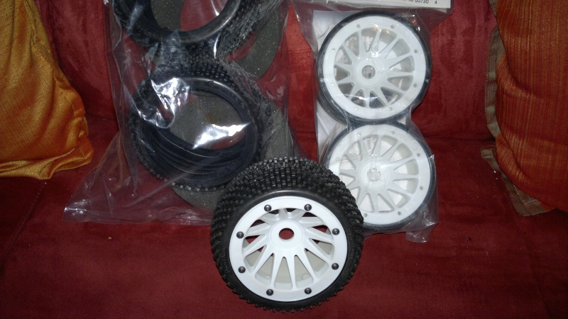 """Des pneus plus large sur leur buggy 1/8 3.2"""" au lieu de 2.2"""" sans colle 20012011"""