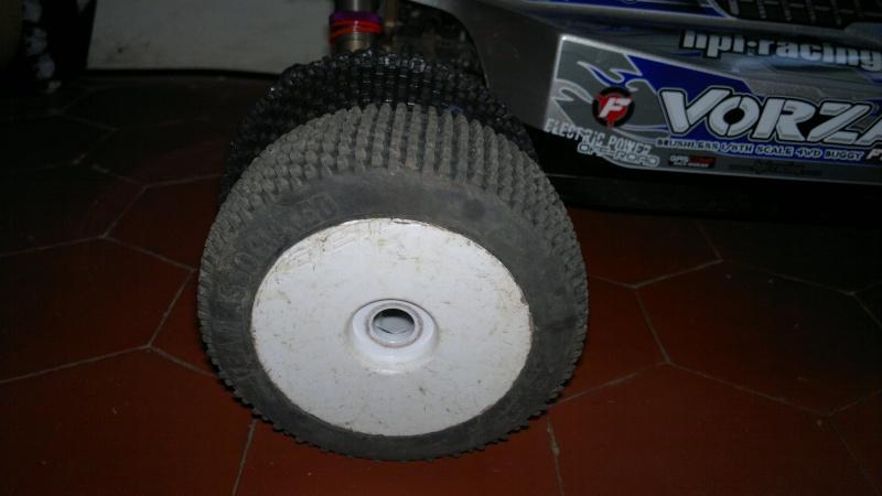 """Des pneus plus large sur leur buggy 1/8 3.2"""" au lieu de 2.2"""" sans colle 20012024"""