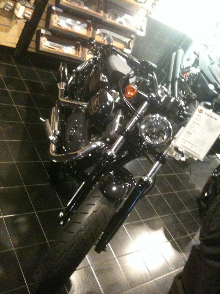 Il Boss c'è cascato!!! Sono arrivati i 25 anni e......un'Harley nuova nuova!  1_310