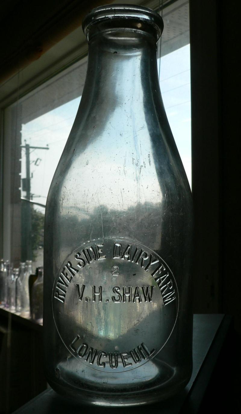 Pinte de lait embossée V. H. SHAW de LONGUEUIL, PQ Shaw-l10