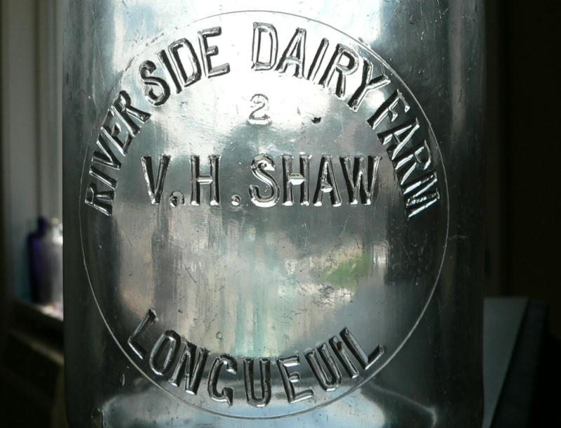 Pinte de lait embossée V. H. SHAW de LONGUEUIL, PQ Shaw-l11