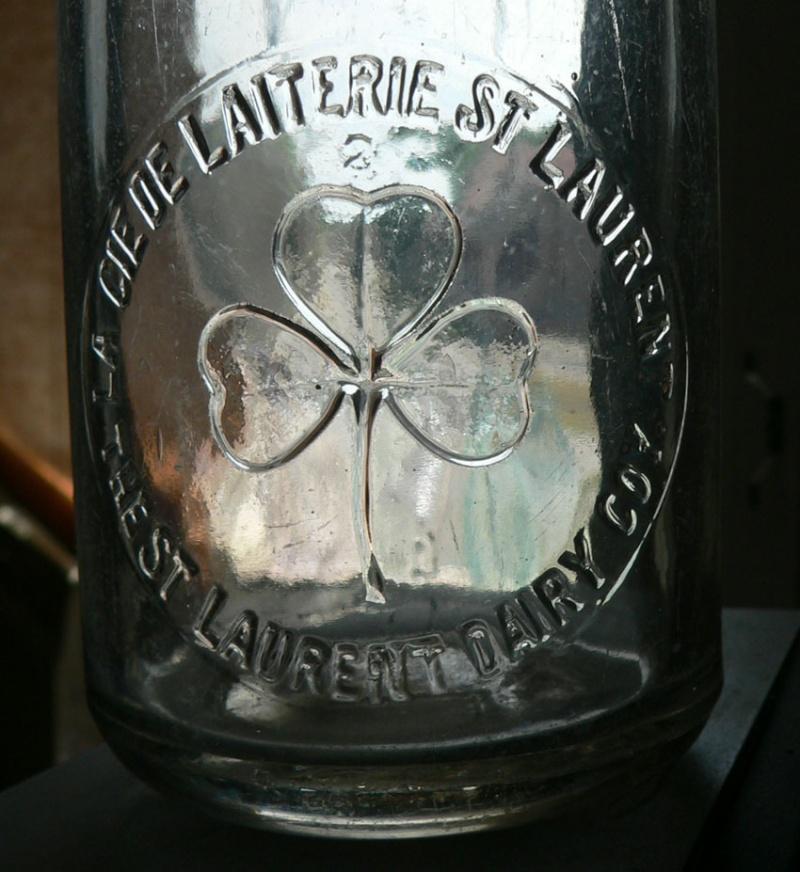 Chopine de lait 'La CIE de laiterie St-Laurent' embossée St-lau11
