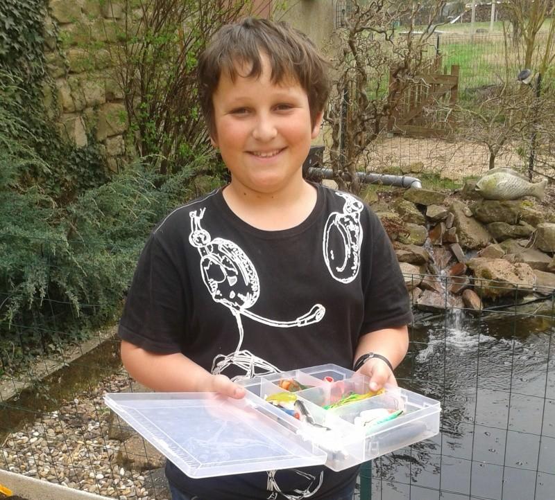 Aide à un jeune pêcheur 2012-010