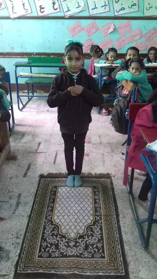 بالصور : مدرسة بأسوان تخصص حصة لتعليم الصلاة Eeeoee72