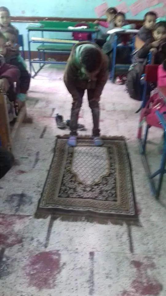 بالصور : مدرسة بأسوان تخصص حصة لتعليم الصلاة Eeeoee73