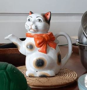 Teapot 'cat with bow' most probably Japanese Teapot10