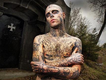 El Zombie que quería tatuarse a Cristo en la polla Misfit10