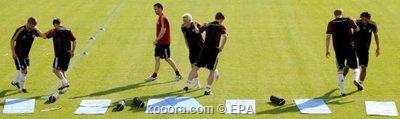 """المنتخب الألماني يصل إلى سويسرا لخوض يورو 2008 ويفرض """"السرية"""" على التدريبات Epa_s216"""