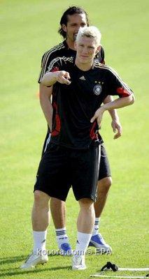 """المنتخب الألماني يصل إلى سويسرا لخوض يورو 2008 ويفرض """"السرية"""" على التدريبات Epa_s217"""