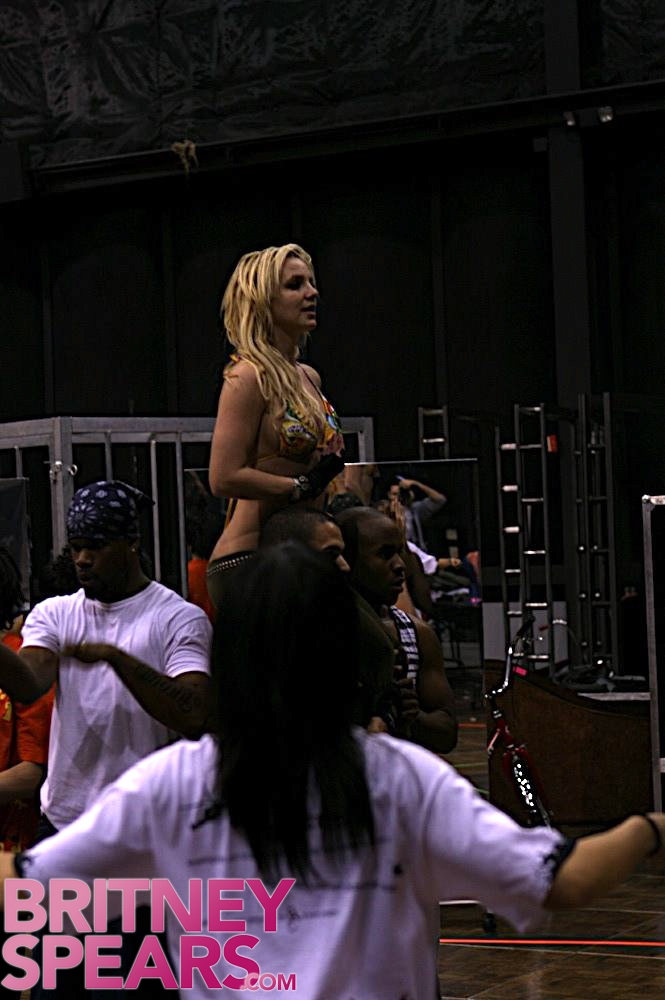 Britney Spears - The Circus Tour(Pics)(More Added 01-28-09) Galler17