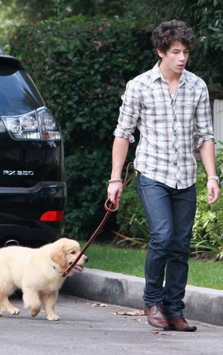 "Nick paseando kon su perrito ""Elvis"" 2111"