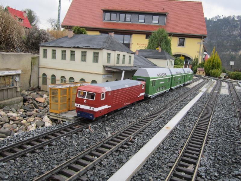 BR 212.0 (DR) bzw. 243.0 (DR) mit Bghw-Zug in Spur 1 Img_4314