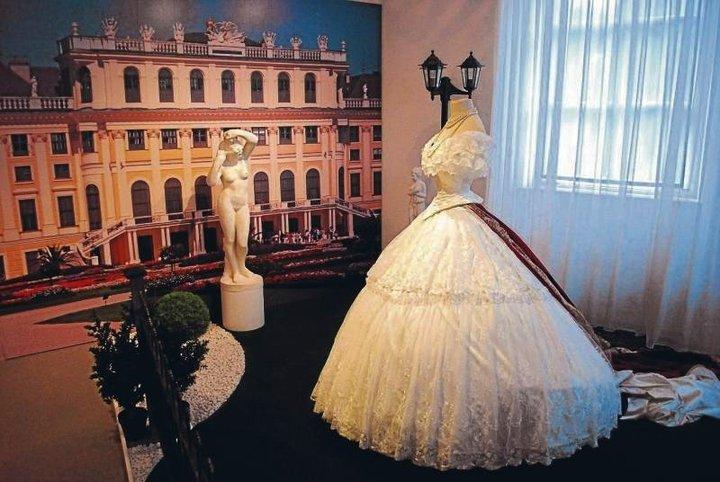 Robe de l'impératrice Elisabeth d'Autriche ( Sissi ) 28451511