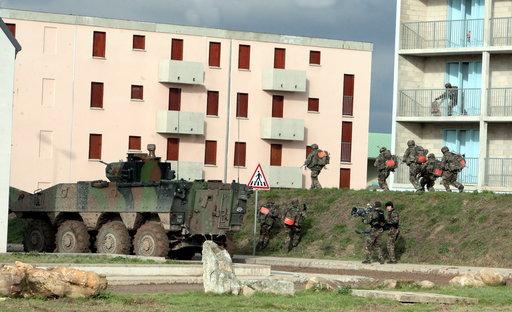 L'armée française se prépare à mener le combat dans les cités Sisson10