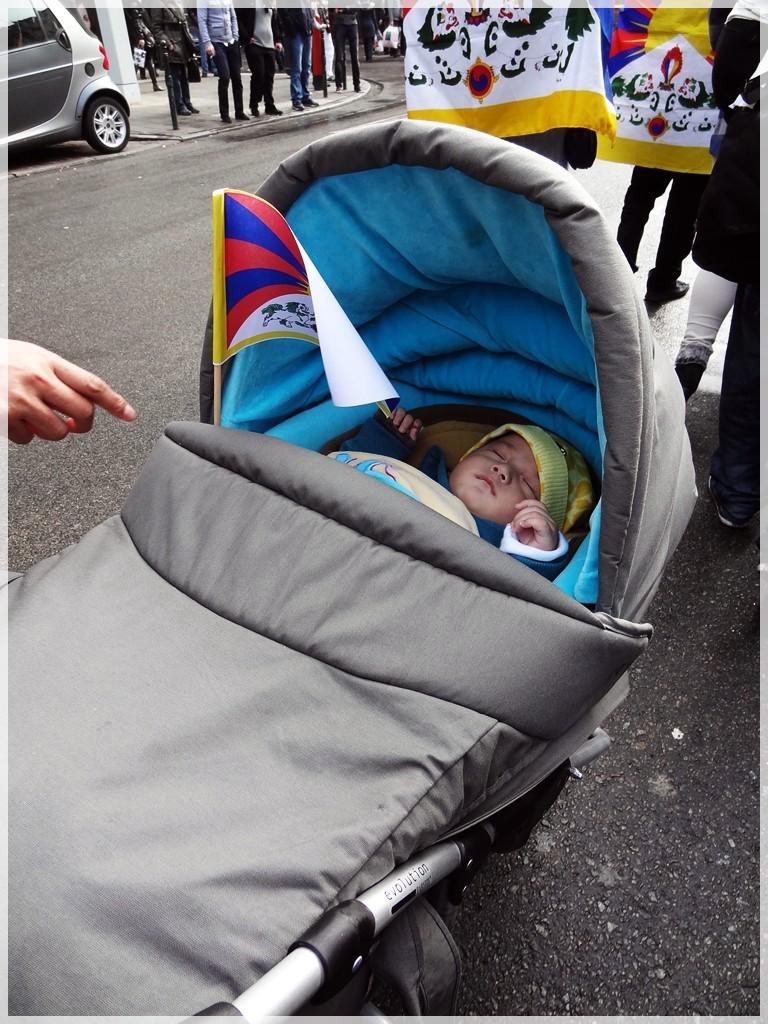 Manifestation pour le Tibet à Bruxelles - Page 2 Dsc03911