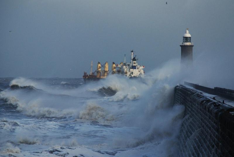 Photos d'accidents et de tempête en mer - Page 2 21871312