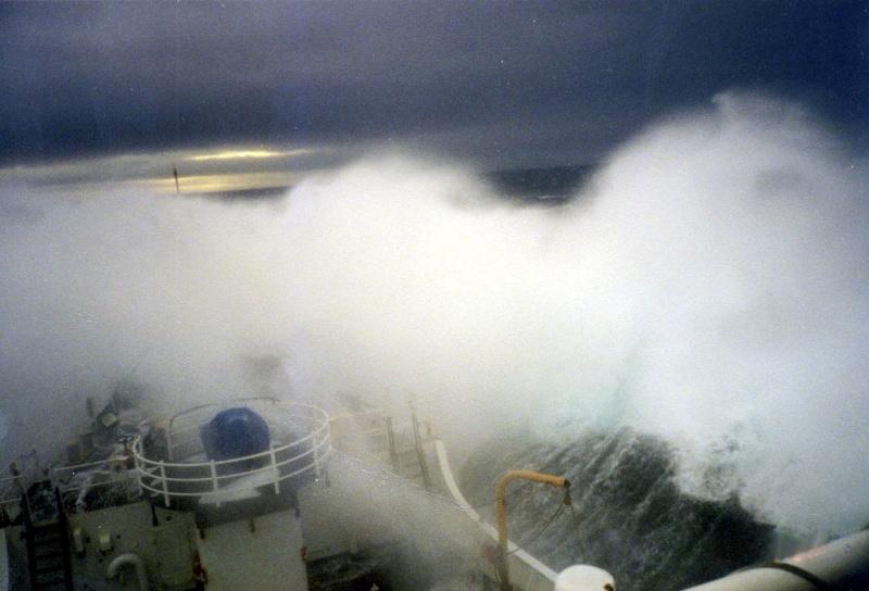 Photos d'accidents et de tempête en mer - Page 2 21930010