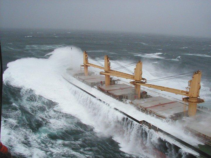Photos d'accidents et de tempête en mer - Page 2 22922310