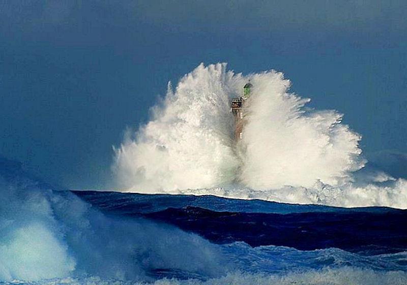 Photos d'accidents et de tempête en mer - Page 6 25091810