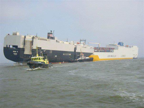 Photos d'accidents et de tempête en mer - Page 2 28239010