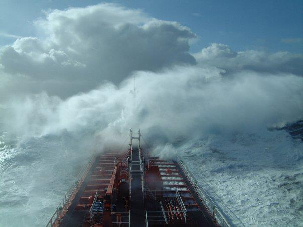 Photos d'accidents et de tempête en mer - Page 2 28239014