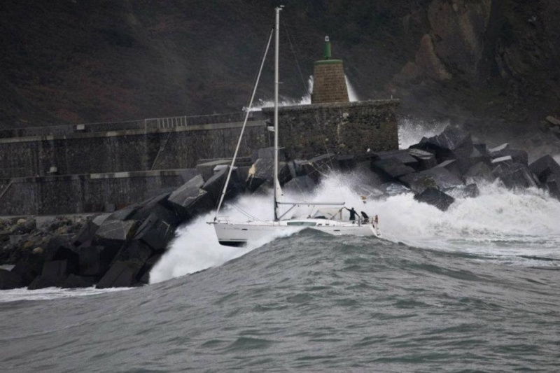 Photos d'accidents et de tempête en mer - Page 6 30696310