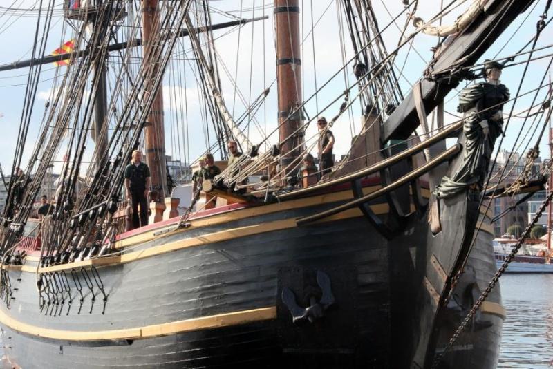 Les plus belle photos du HMS Bounty - Page 2 31742210