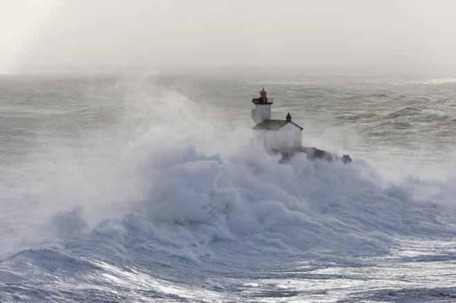 Photos d'accidents et de tempête en mer - Page 6 38925010