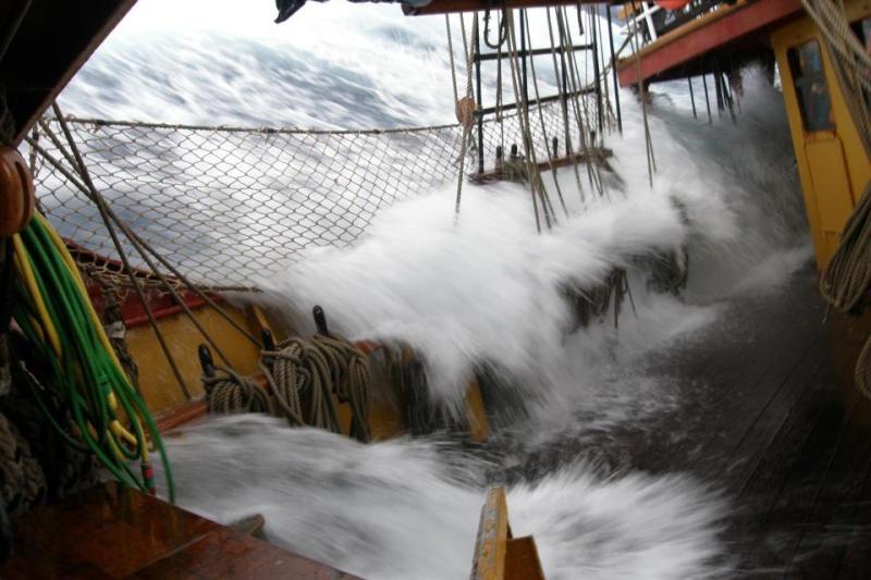 Photos d'accidents et de tempête en mer - Page 6 39249810