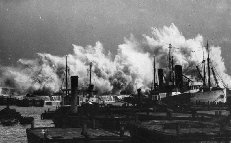 Photos d'accidents et de tempête en mer - Page 6 42854410
