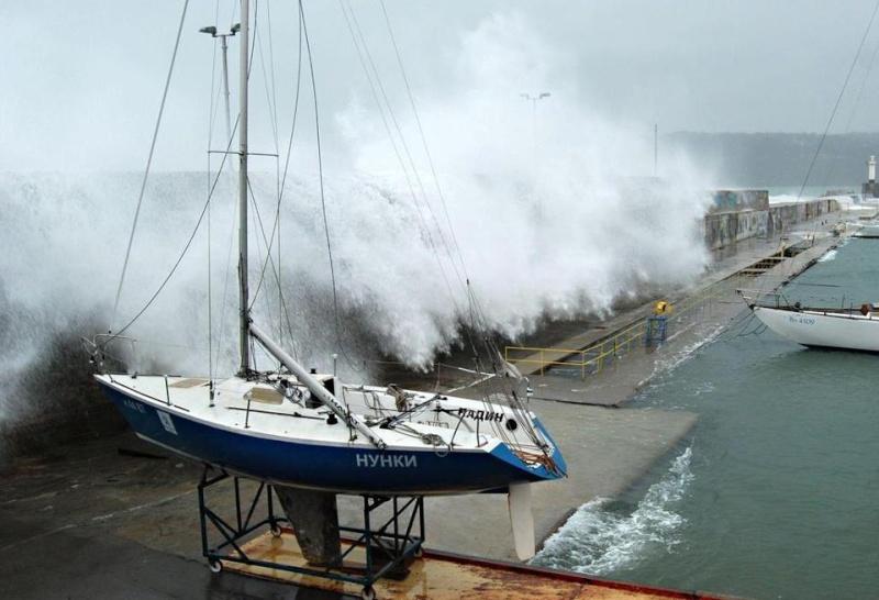 Photos d'accidents et de tempête en mer - Page 6 48427910