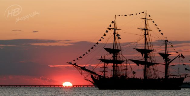 Les plus belle photos du HMS Bounty - Page 4 48435410
