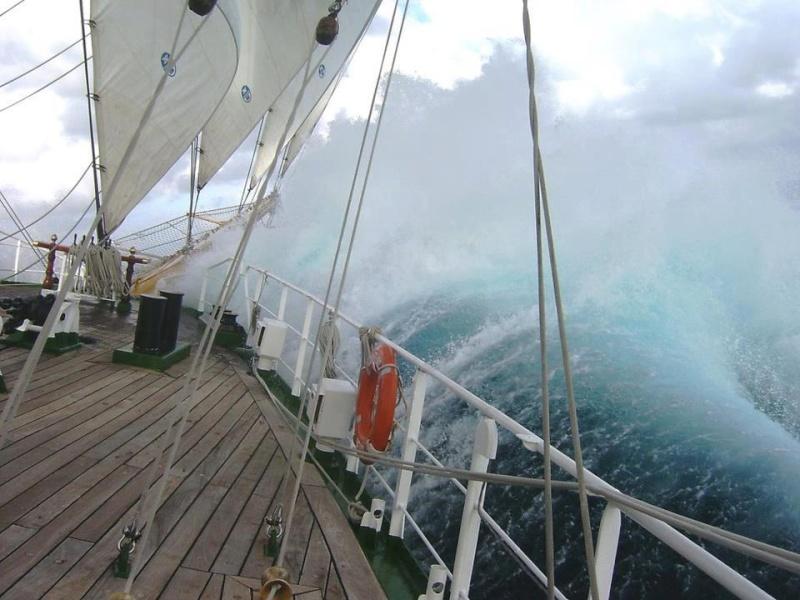 Photos d'accidents et de tempête en mer - Page 6 52291110