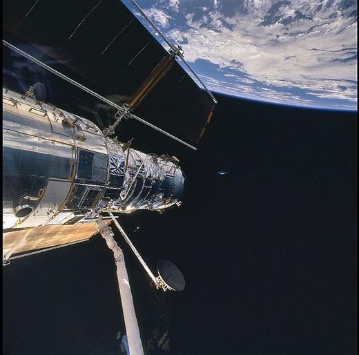 Superbe OVNI photographié par la NASA Ovnina10