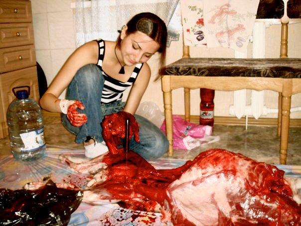 Elle découpe son chien et prend des photos (images choquantes) 22338910