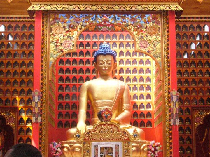 Le geste de la prise de la terre à témoin : bhûmispashamudrâ Bouddh10