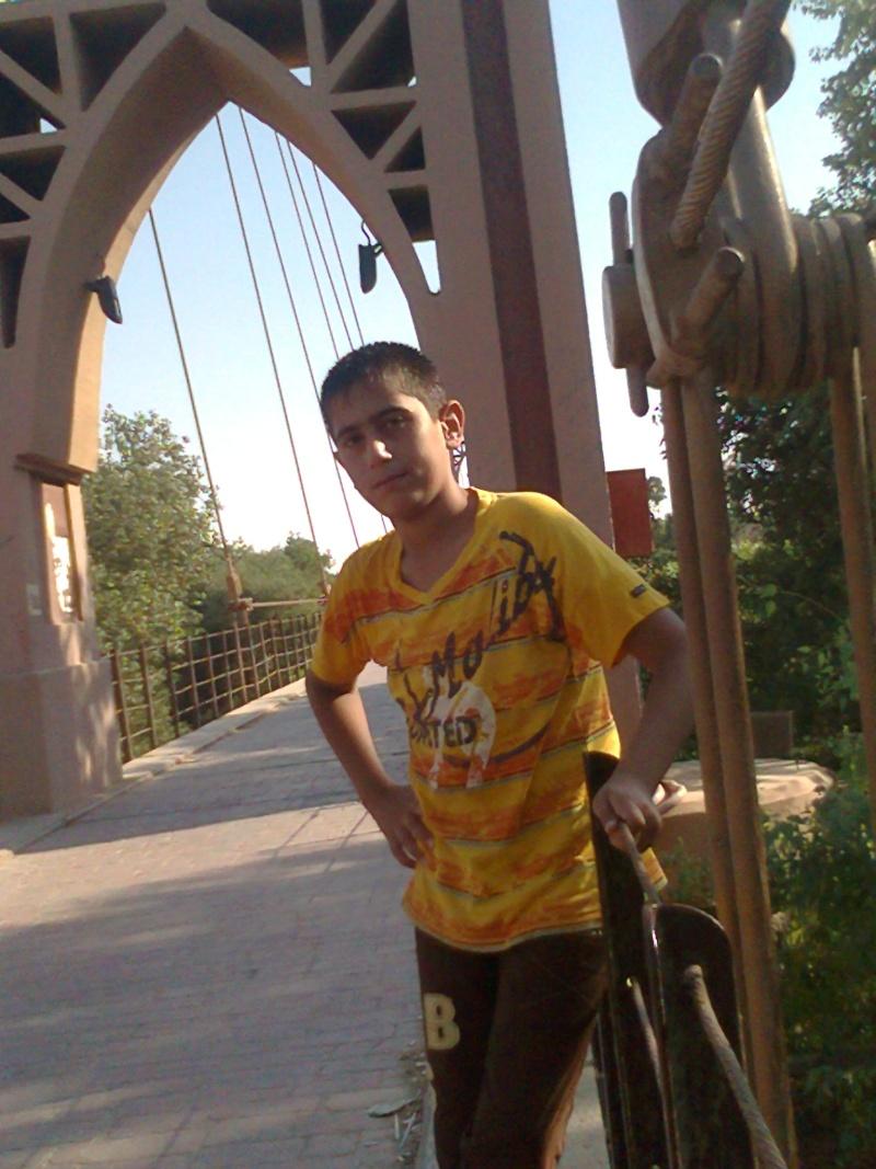 صورة من بلدي سوريا ( دير الزور ) صورة أخي عمر في الجسر المعلق  Trad2010