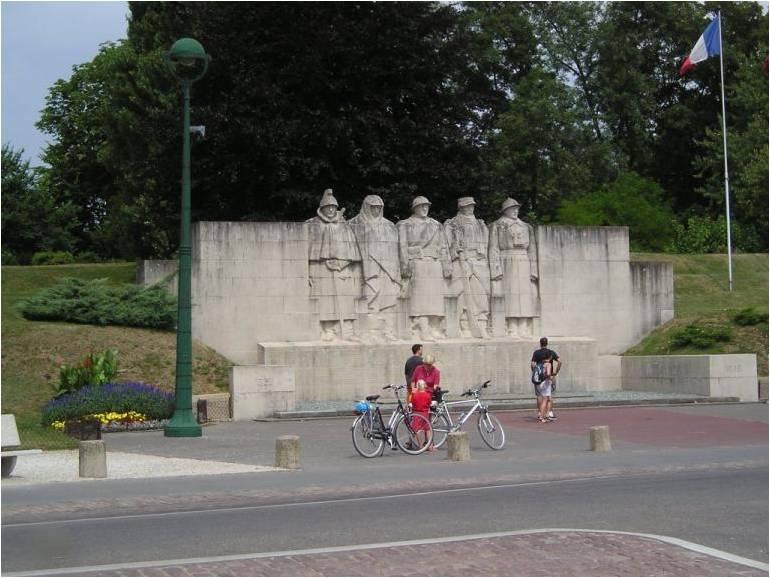 [Histoires et Histoire] Monuments aux morts originaux Français Tome 1 - Page 6 Monume10