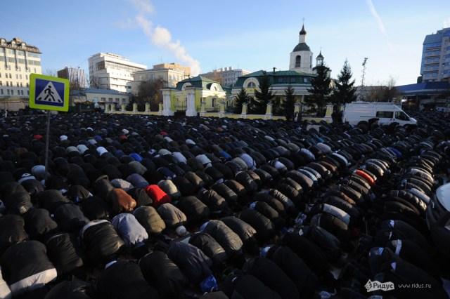 Уруза-байрам. Десятки тысяч мусульман вышли на улицы Москвы. Iuaej710