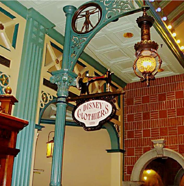 Descriptif des boutiques du Parc Disneyland (en construction) Clothi11