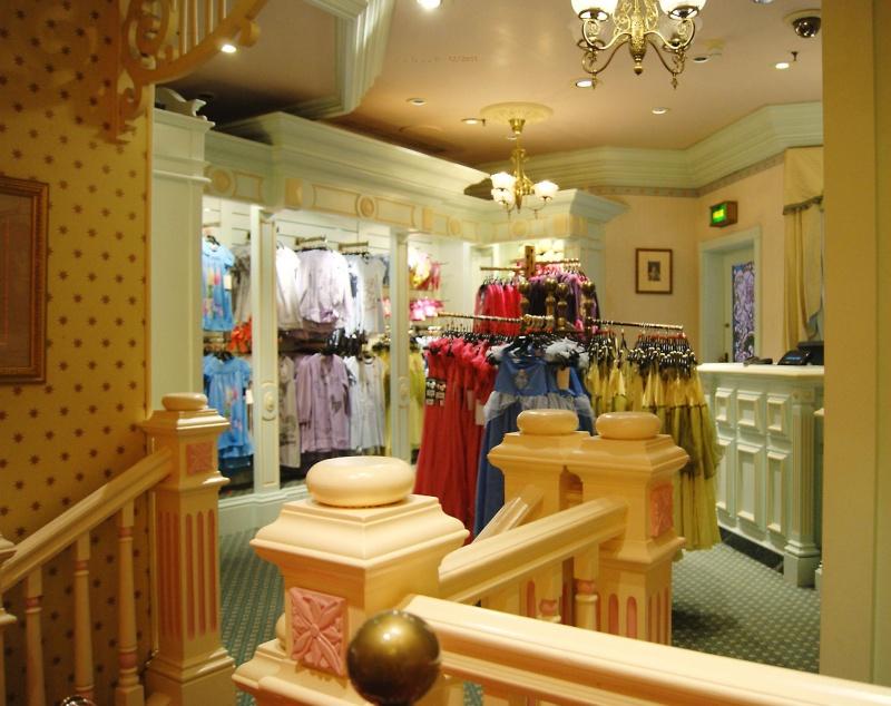 Descriptif des boutiques du Parc Disneyland (en construction) Clothi15